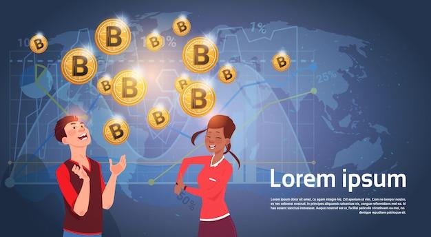 Povos alegres sobre o mapa do mundo bitcoin dourado que minam o conceito cripto moderno da moeda