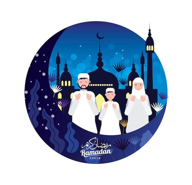 Povos muçulmanos na oração tradicional do equipamento pelo mês santamente de ramadan kareem.