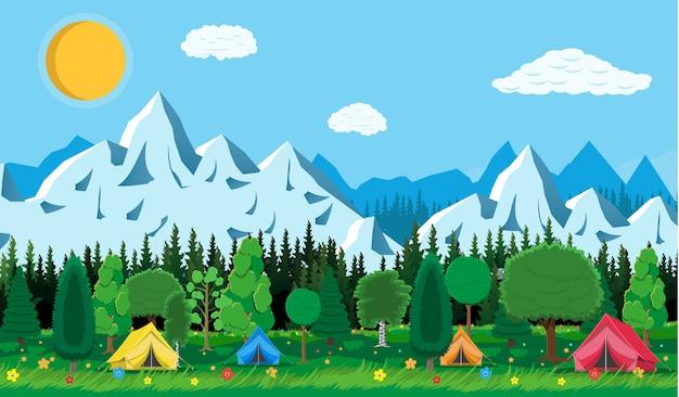 Prado com grama e camping.