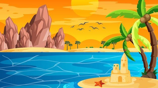 Praia ao pôr do sol, paisagem com castelo de areia
