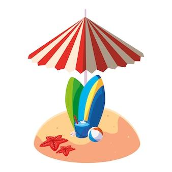 Praia de areia de verão com guarda-chuva e pranchas de surf
