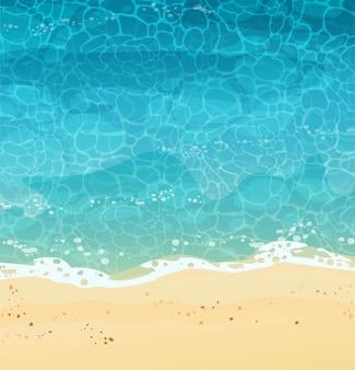 Praia de verão com areia, vista superior. a onda rola na areia, espuma do mar, água azul. ilustração dos desenhos animados