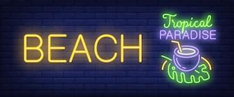 Praia, texto de paraíso tropical néon com coquetel