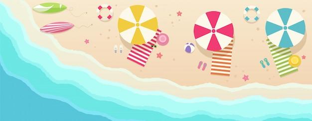 Praia, vista de cima com guarda-chuvas, toalhas, pranchas de surf, óculos de sol, chapéus, bola, estrela do mar. mar com ondas e zona de lazer.