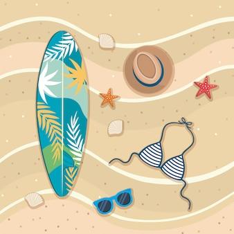 Prancha de surf com chapéu e sutiã maiô com óculos de sol na areia da praia