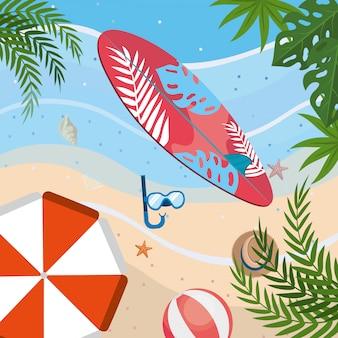 Prancha de surf com máscaras de snorkel e guarda-chuva com bola de praia