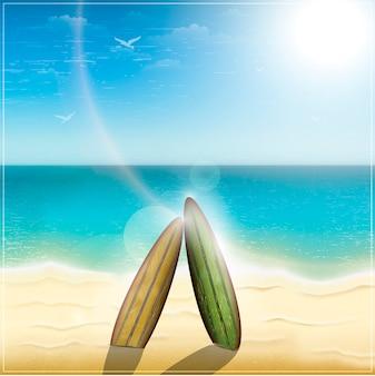 Pranchas de surf antigas na praia do oceano