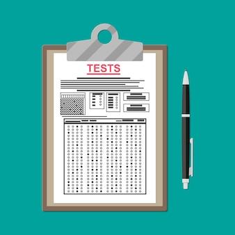 Prancheta com folha de respostas de teste de exame e caneta