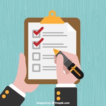 Prancheta com lista de verificação e mão segurando uma caneta-tinteiro