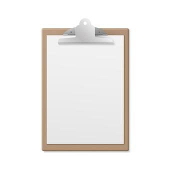 Prancheta de madeira realista com página vazia em branco isolada no branco