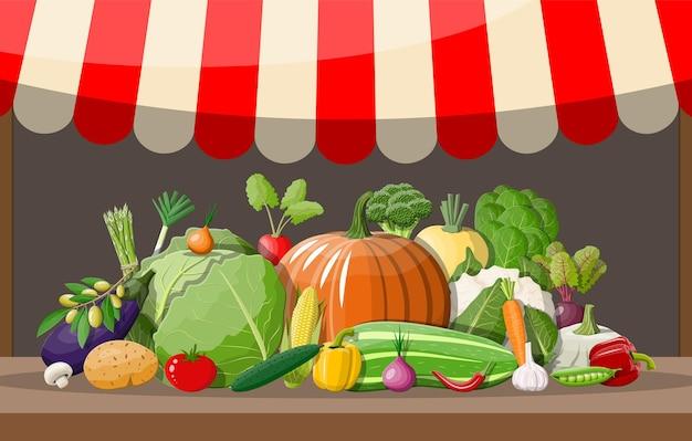Prateleira de madeira do supermercado com vegetais