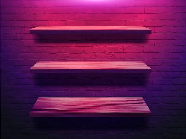 Prateleira de madeira na parede de tijolo
