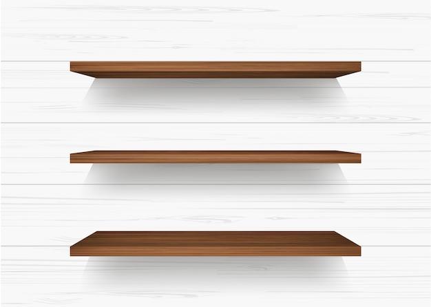 Prateleira de madeira no fundo da parede branca.