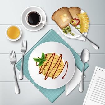 Prato de macarrão espaguete com molho de tomate, café, suco e torradas em madeira branca
