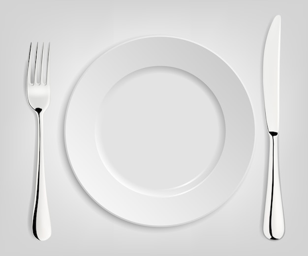 Prato vazio com faca e garfo isolado no branco.