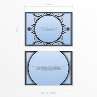 Preparação de cartão postal de cor azul claro de vetor retangular com padrões pretos luxuosos. modelo de cartão de convite de design de impressão com ornamentos vintage.