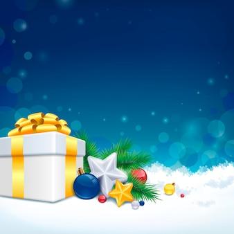 Presentes e decorações de natal sobre o fundo do campo de neve