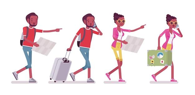 Preto masculino e feminino turista andando com mapa