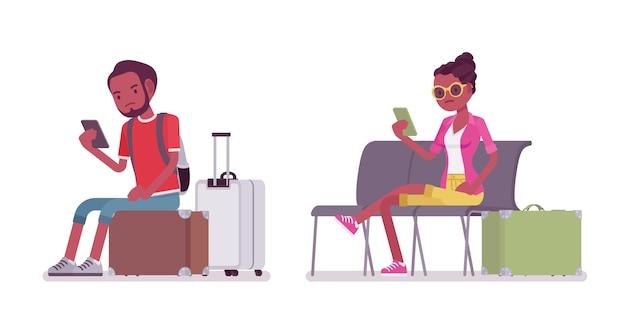 Preto masculino e feminino turista sentado