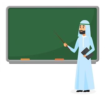 Professor árabe sênior, professor muçulmano em pé perto de lousa em sala de aula na escola