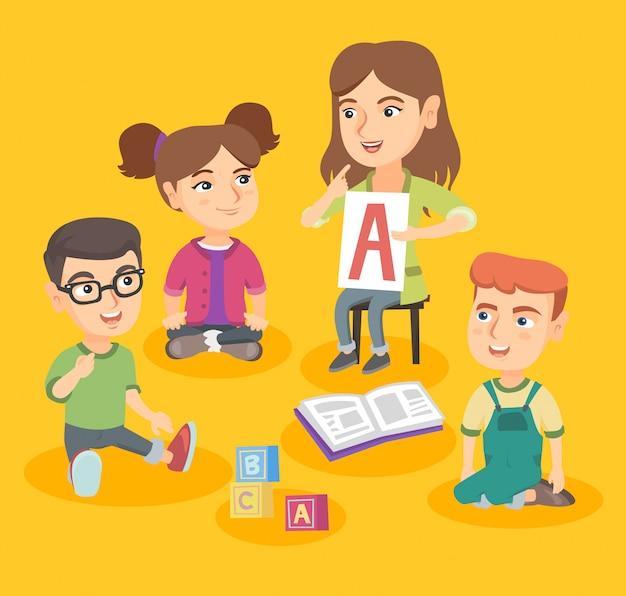 Professor caucasiano ensinando crianças o alfabeto.