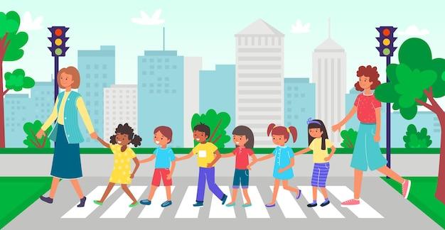 Professor com crianças atravessando a rua