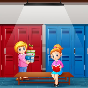 Professor com garota está lendo um livro no vestiário