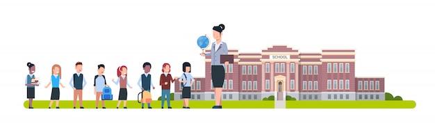 Professor, com, grupo, de, pupilas, ficar, frente, escola, predios, horizontais, ilustração