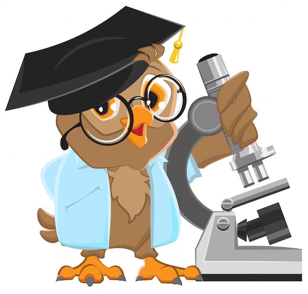 Professor de coruja no capelo segurando o microscópio