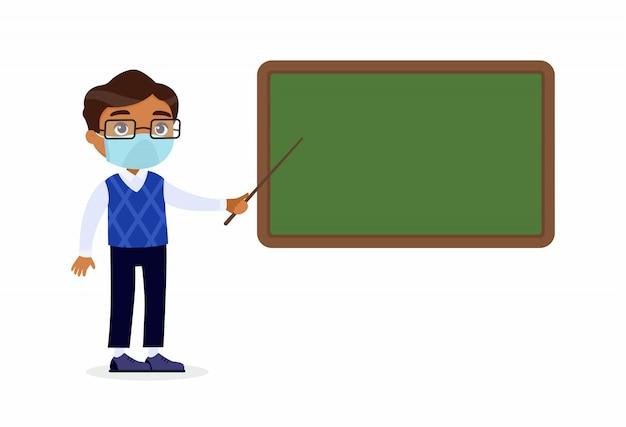 Professor do sexo masculino indiano com máscaras protetoras no rosto em pé perto do quadro-negro. tutor apontando para a lousa em branco no personagem de desenho animado de sala de aula. proteção contra vírus respiratórios, conceito de alergias.