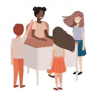 Professor fêmea preto na sala de aula com os alunos