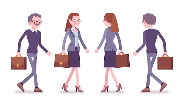 Professor masculino e feminino caminhando