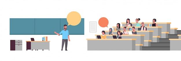 Professor universitário sobre comunicação de bolha de bate-papo do quadro-negro com os alunos sentados na sala de aula da faculdade educação conceito comprimento total horizontal