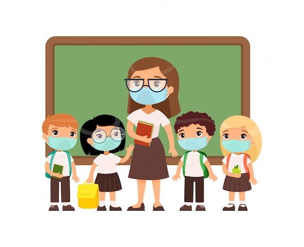 Professora e alunos com máscaras protetoras em seus rostos. meninos e meninas vestidos de uniforme escolar e professora apontando para personagens de desenhos animados do quadro-negro.