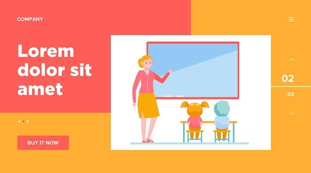 Professora explicando lição para crianças.