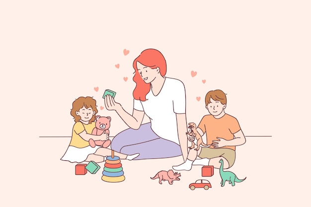 Professora jovem sorridente e crianças felizes, menino e menina, construindo uma pirâmide usando aros no jardim de infância ou em casa