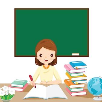 Professoras verificando o dever de casa na mesa