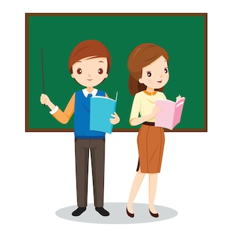 Professores masculinos e femininos em pé na sala de aula