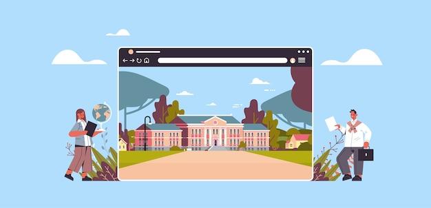 Professores perto de prédio escolar digital na janela do navegador da web educação online