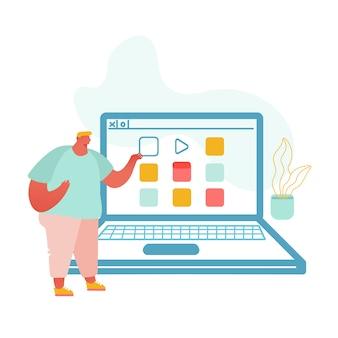 Programador apresentando software de computador em frente ao enorme laptop com informações na tela