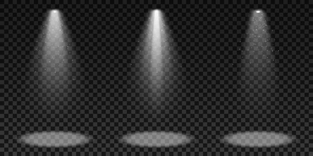 Projectores isolados em um fundo escuro e transparente. um conjunto de efeitos de luz. elementos para show e palco. brilhante