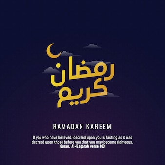 Projeto árabe do cumprimento da caligrafia do kareem da ramadã com a lua crescente na ilustração do vetor do fundo do céu nebuloso da noite.