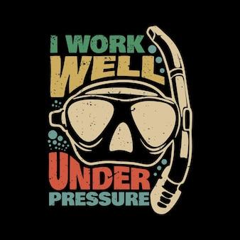 Projeto da camiseta eu trabalho bem sob pressão com óculos de mergulho e fundo preto ilustração vintage