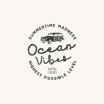 Projeto da etiqueta desenhada mão vintage. as vibrações do oceano assinam com o velho carro de surf de estilo retro.