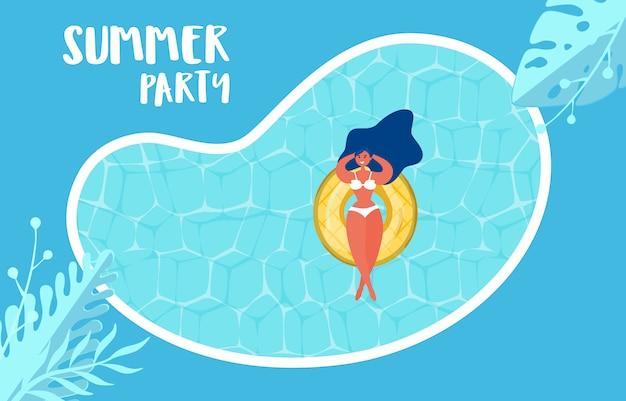 Projeto da propaganda da festa na piscina do verão com a menina no anel de borracha.