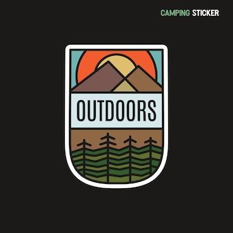 Projeto de adesivo de aventura de acampamento. remendo desenhado de mão de viagens. rótulo de arte de linha ao ar livre. vetor de estoque.