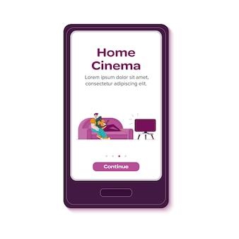 Projeto de aplicativo de cinema em casa com pessoas no sofá