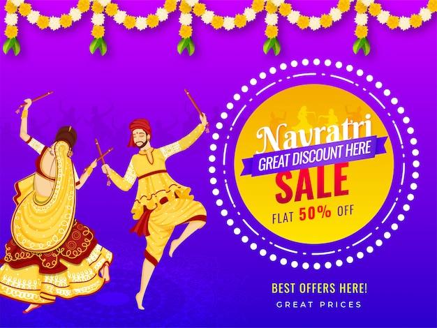 Projeto de banner de venda com oferta de desconto de 50% e ilustração de casal jogando dandiya por ocasião do festival de navratri.