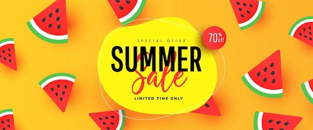 Projeto de banner de venda de verão com folhas tropicais e fatias de melancia.