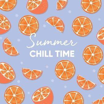 Projeto de frutas com slogan de tipografia de tempo frio de verão e laranjas frescas sobre fundo azul claro.